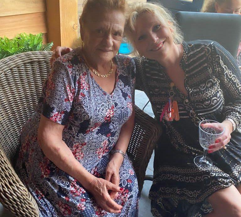 samen met mijn moeder 89jr en oranje fan